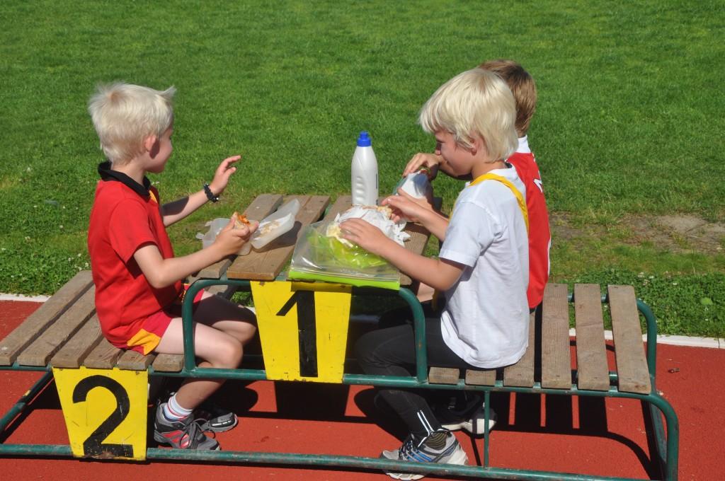 Barn som spiser på pallen
